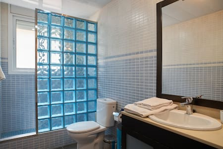 Spacious double w/ private bathroom - Cubelles - House