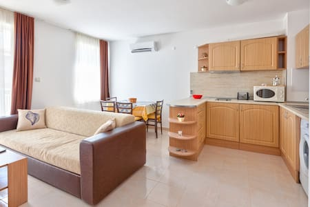 Beautiful one bedroom apartment (sleeps 4) located 100m from the beach and 'Dinevi' marina. Perfect fit for someone who doesn't want to live in a large complex, prefer a quite place to stay while being close to all major attractions.