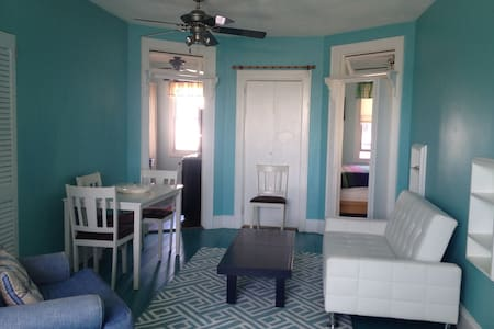 In the Heart of Greenport Walk to/fr Jitney/LIRR - Apartamento