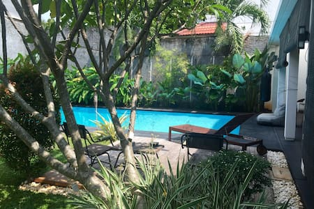 Tropical house in hip expat enclave - Haus
