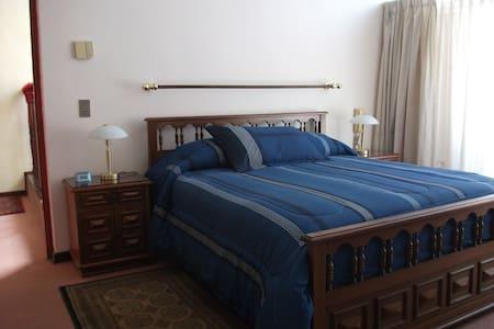 Dormitorio matrimonial amplio. - Szoba reggelivel