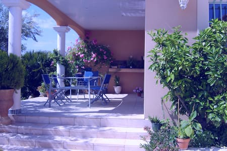 grande villa avec piscine avec vue - House