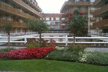 Very well located studio in Deauville, near sea and Casino.  The sudio gives to an English garden.  It's located in a very calm and secured residence with a concierge. Bed linen, guest's towels and basic amenities are all included.