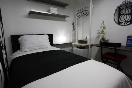 Neat & clean Room #2 for 1 person - Westbury - 一軒家