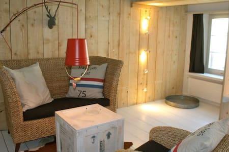 kunstvolle 2-Zimmerwohnung nähe See - Appartement