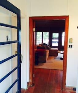 Cozy Lakefront 4 Bedroom Cottage - Ház