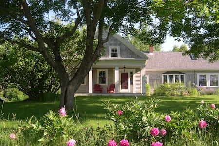 Idyllic Coastal Farmhouse - Ház