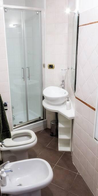 Bagno interno alla prima stanza matrimoniale - Bath inside the 1st double bedroom