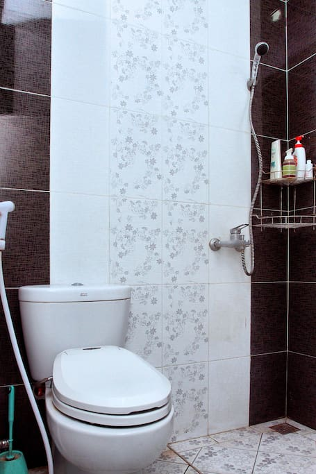The clean and simple bathroom & toilet. Amenities are provided.