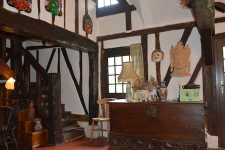 Longère normande à pans de bois et toit de chaume - House