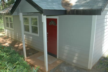 Adorable Cottage on 9 acres - Dom