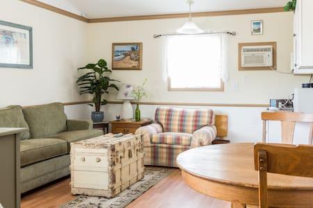 Hollyhock Vineyard Windmill Cottage - Templeton - Cabin
