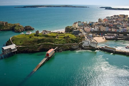 Tenby Town Centre AMAZING Location - アパート