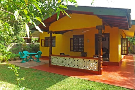 Уютный дом у океана: 2 спальни, гостиная, кухня. - Hikkaduwa - Casa