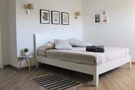 Beautiful and spacious  bedroom, close to subway - Apartment