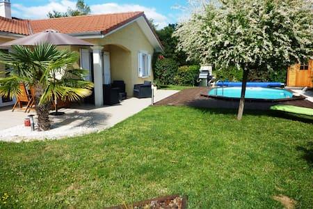 Maison avec piscine au calme entre ville et nature - Haus