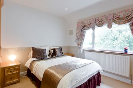 Chic guest room with excellent decor & fine linen. - Farnham Royal - House