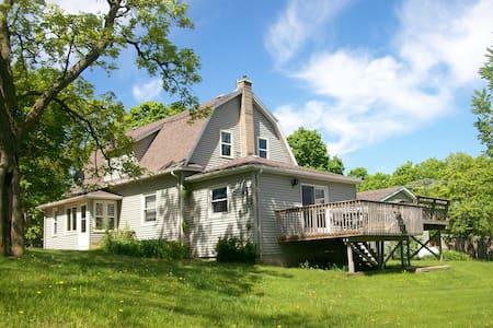 Century Old Charming Farmhouse Atop Rolling Hills - Ház