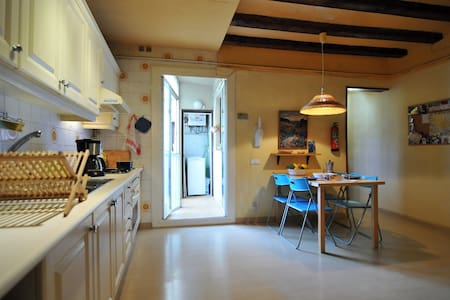 BIG cozy aptm next to Las RAMBLAS!! - Barcelona - Apartment