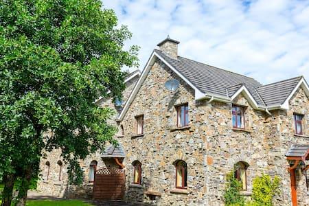 Unique Stone Cottage beside Killarney Nat. Park - Casa