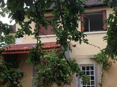 LES HAUTS DE LUCY Maison de village cosy calme vue - Lucy-sur-Yonne - Rumah