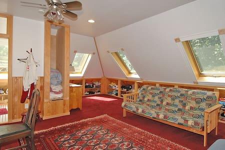 Attic Loft with organic breakfast - Loft