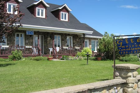 Gîte ( La maison canadienne ) 3 - Bed & Breakfast