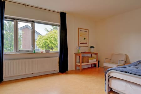 cheap room, surprisingly spacious, light app. 14m2 - Almere - House