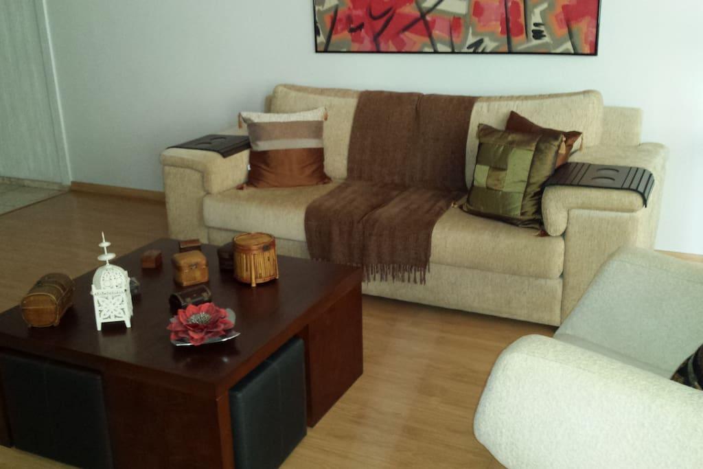 Sala de estar com sofá de 3 lugares e poltrona