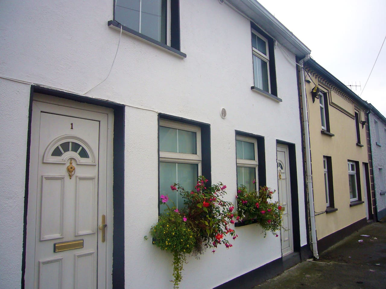 Ground Floor Apartment in the heart of historic Callan Town - just 10 miles from Kilkenny city. A couple of minutes stroll to pubs, grub and shops!