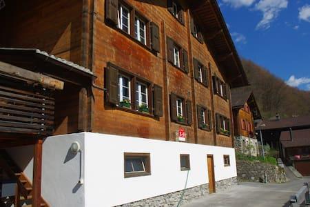 Gästezimmer in grossem Holzhaus - Schiers