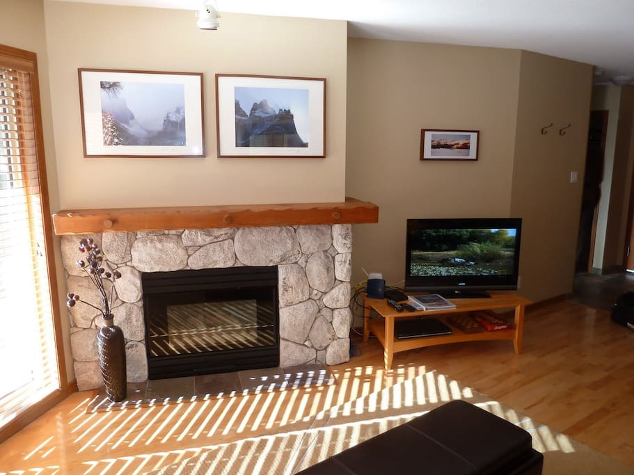 Flatscreen TV with DVD, cable wifi and gas fireplace