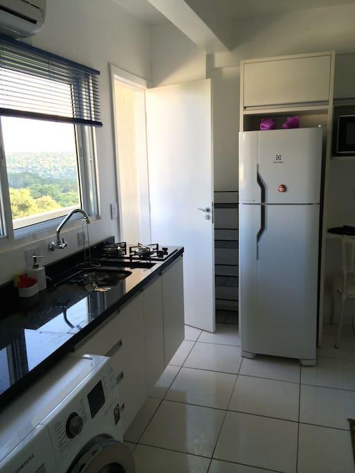 Kitchen with most common items. Includes a washer-dryer / PT: Cozinha com todos os itens básicos. Lava e Seca disponível para uso.
