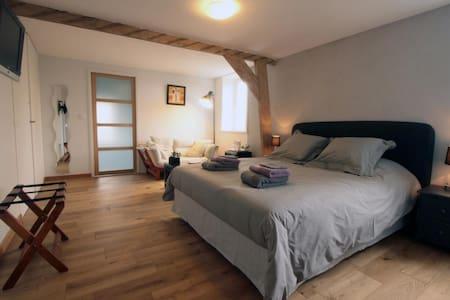 chambre tout confort avec baignoire - Bed & Breakfast