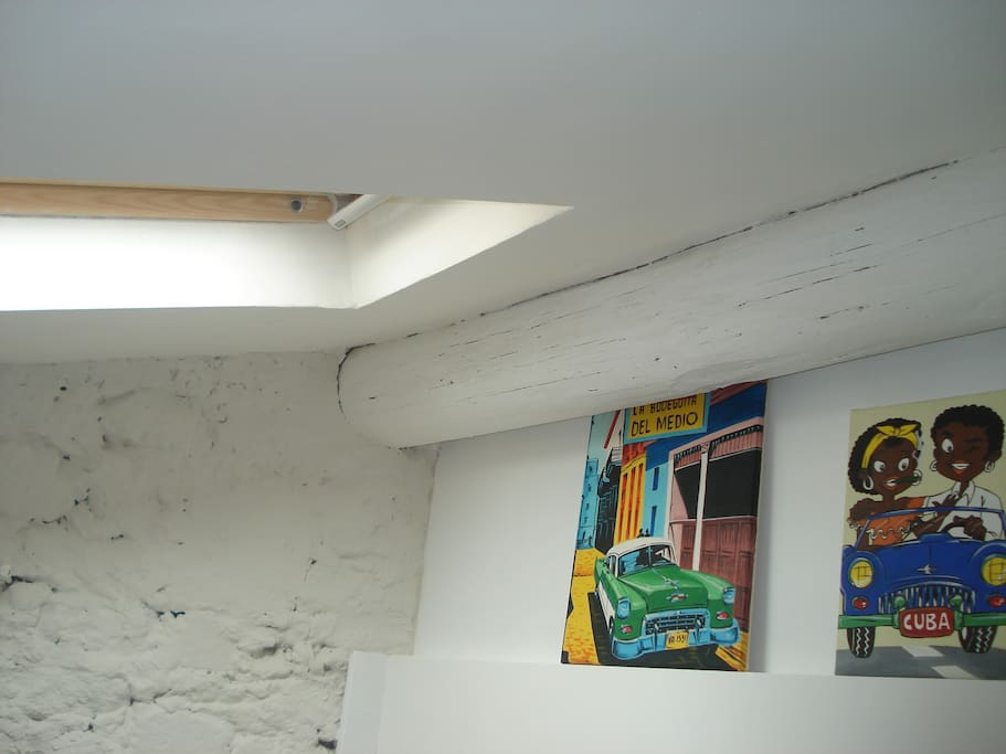 Fenêtre de toit ouvrante au dessus du lit. Operable skylight above the bed