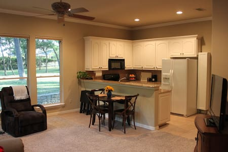 Entire Luxury Guest Quarters with Full Kitchen - Southlake