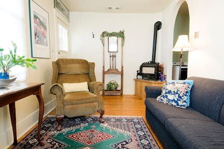 Quaint, Cozy Apt. Downtown Medford - Apartment