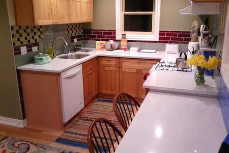 Charming Apartment in Charming Farmhouse - Walnut Creek - Apartment