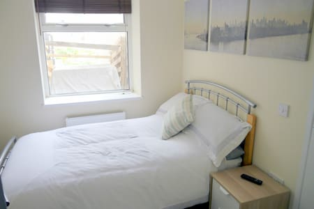 Serviced room for short or long stays. - Fortuneswell