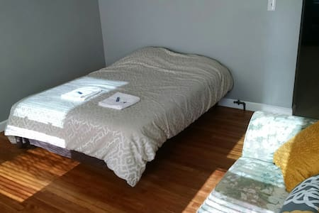 Sunny Room near Airport and Downtown w/Breakfast - Boston - Lakás