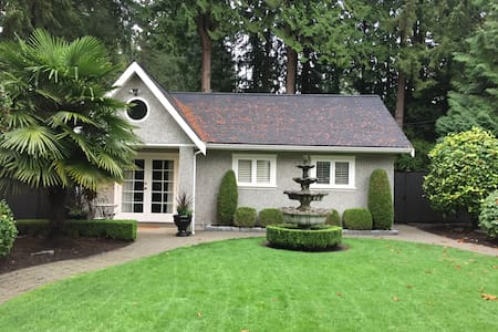 Private, lux, cottage space with high ceilings! - Kuzey Vancouver - Ev