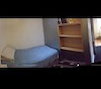 unique tiny space in minimalist apartment - Bristol - Apartment