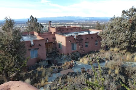 Santa Fe Pueblo on a cliff. - Ház