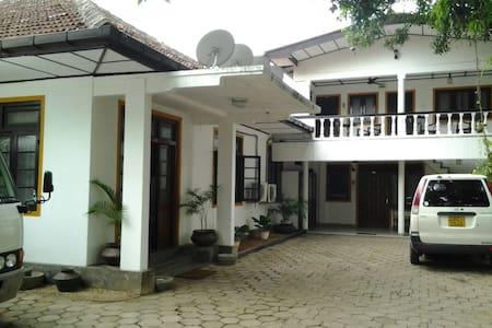 Jaffna Old Villa - 7 Bedroom House - Bed & Breakfast