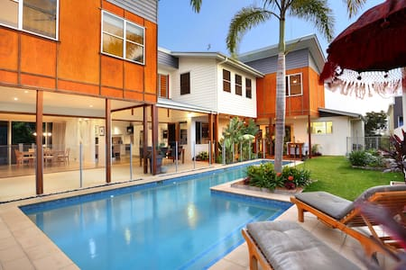 Balinese Waterfront Home close to Mooloolaba Beach - House