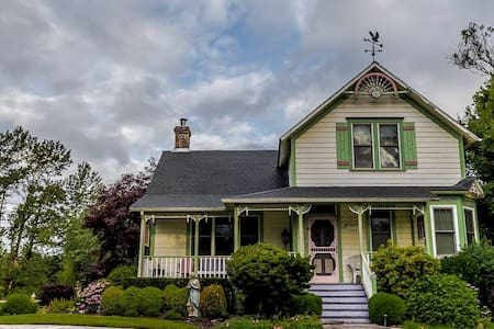 Antique Boho Victorian Farmhouse & Event Farm - Oregon City