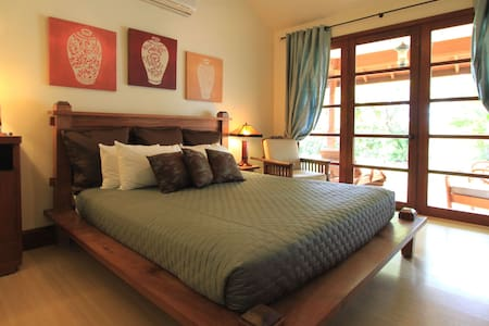 Ho'oilo House B&B, Garden View Suite 'Akala Manu' - Lahaina - Bed & Breakfast