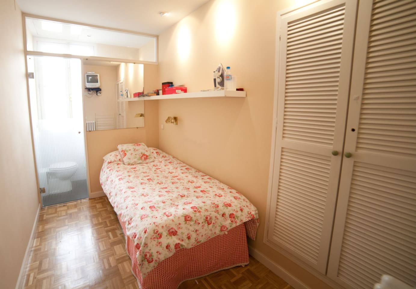 bedroom, small, ciach bed but bathroom ensuite