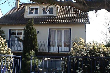 Nice and calm house near Paris - Hus