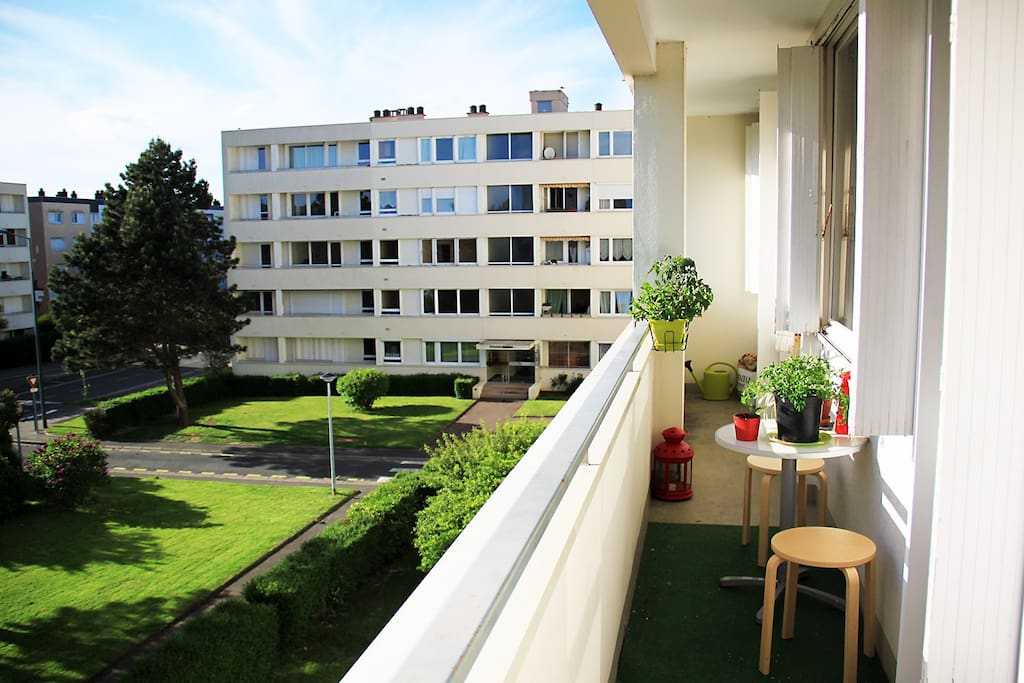 Orienté ouest, l'appartement est baigné de soleil dès 15h jusqu'au coucher du soleil.
